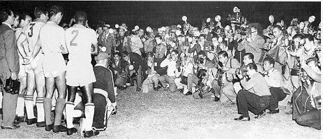 Grupo de fotógrafos frente a la formación de Santos