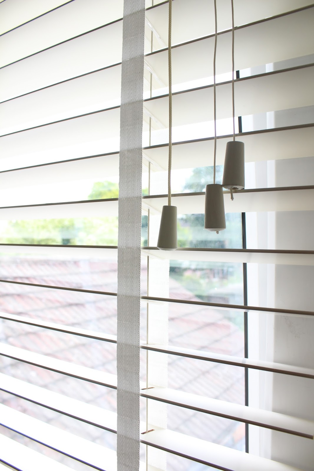 chalk white venetian blind with white tapes