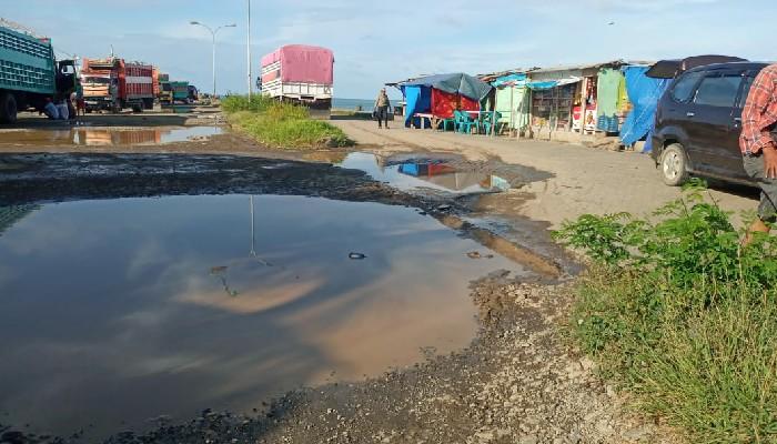 Alamak...Jalan di Pelabuhan Bajoe Mirip Kubangan Sapi