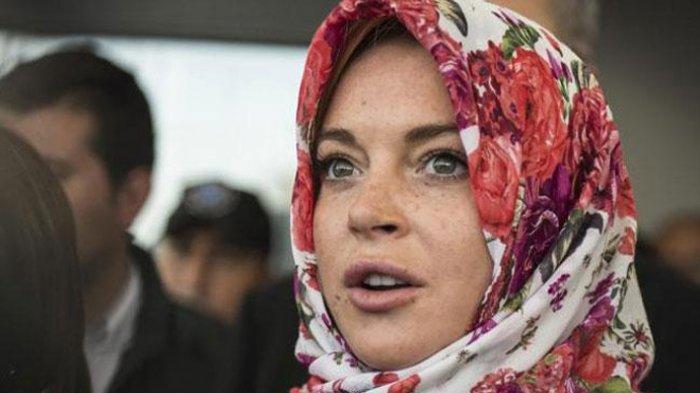 Tampak Sering Pakai Jilbab, Belajar Puasa dan Membaca Al-Qur'an Lindsay Lohan Mualaf?