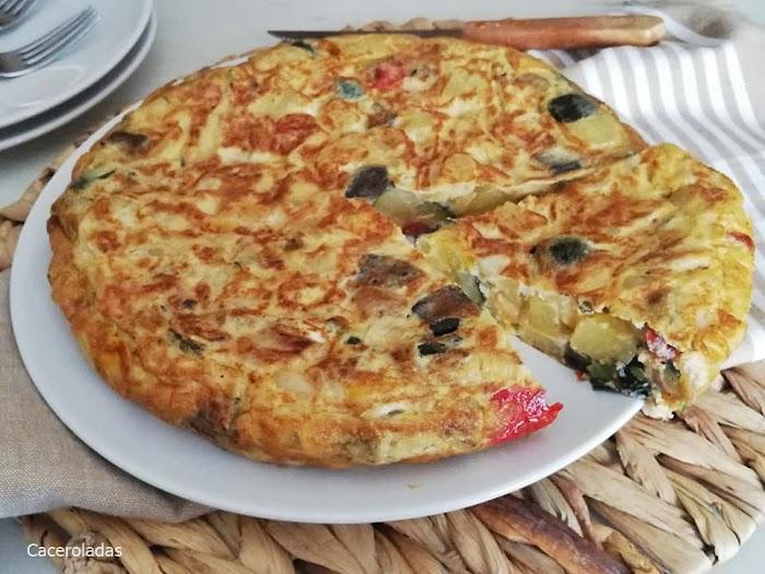 Tortilla de patatas y verduras asadas ¡Fácil, riquísima y muy jugosa!