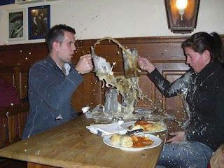 Pareja brinda y se rompen jarras cerveza