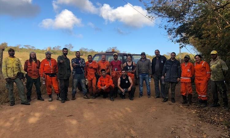 Brigadistas voluntários combatem focos de incêndio na Serra das Araras em Ituaçu