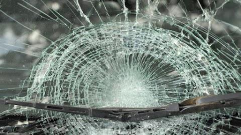 Brutális baleset: frontálisan ütközött két autó a 4-es főúton