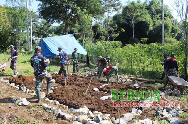 Anggota Kodim 0422/LB Melaksanakan Kegiatan Karya Bhakti Dengan Memperbaiki Rumah Warga