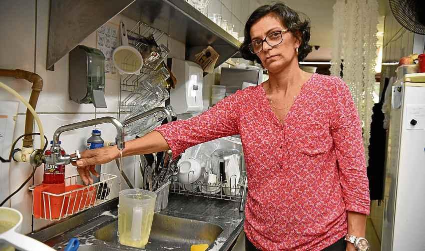 Quando há cortes no abastecimento, Valéria Charbel não oferece o almoço executivo, o que representa uma queda de 30% no faturamento do dia
