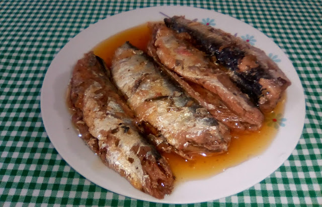 Rica em ômega 3, a sardinha é uma alternativa de peixe barata e saborosa. Essa receita de sardinha em conserva é muito fácil de fazer e tem a vantagem de durar bastante em refrigerador. E o melhor de tudo: além de ficar bem mais gostosa do que a sardinha em conserva comprada (aquela em lata) não possui nenhum tipo de aditivo, desses que só fazem prejudicar a nossa saúde.