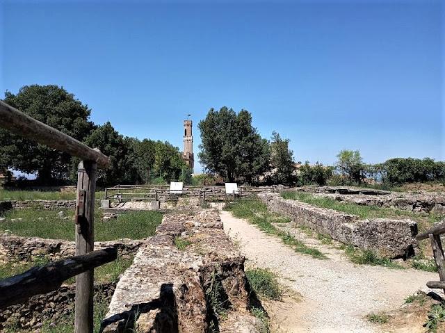 i resti dei templi etruschi a volterra