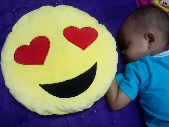 Bantal Emoji Senyum LOVE