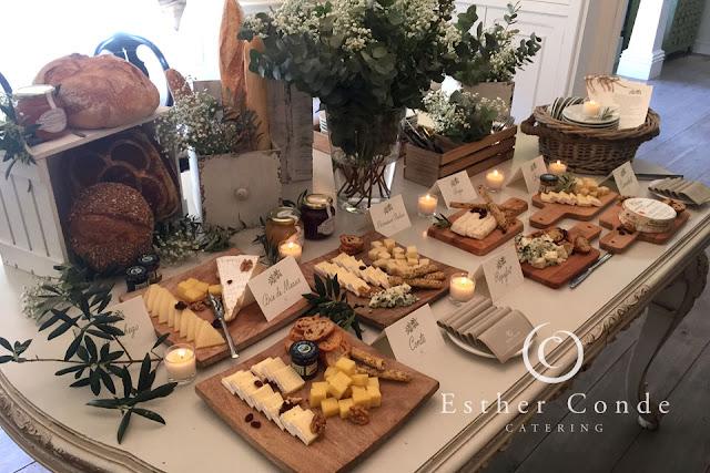 Buffet de quesos con panes para una boda tipo coctel - Foto: Esther Conde