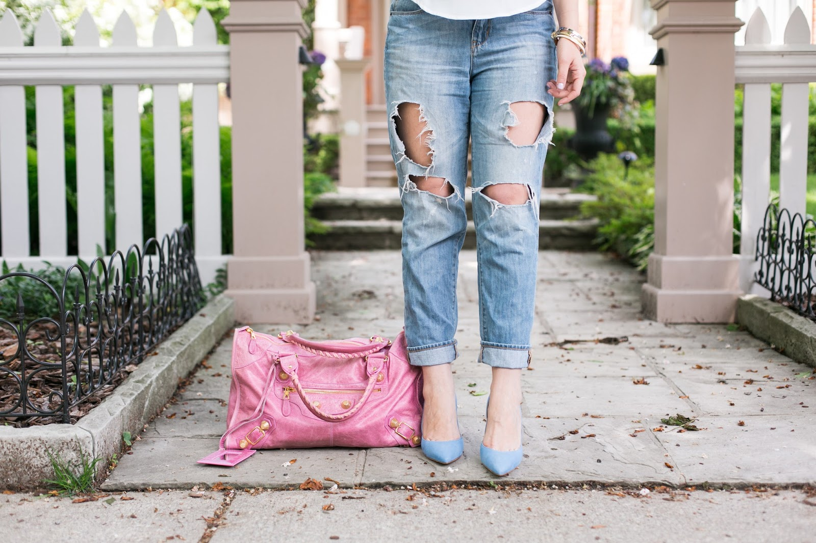 Sometimes you want to look like a Hollywood Star when you are travelling without necessarily breaking the bank or sacrificing your comfort. These are 5 quick tips is how you can travel in style: