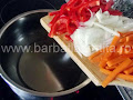 Mancare de gogonele preparare reteta - tocam si punem la calit ceapa, ardeiul si morcovii
