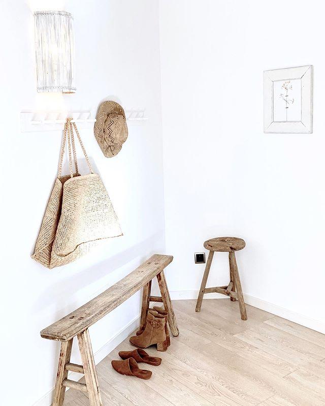 Decoración blanca y natural con objetos de mimbre y de madera clara