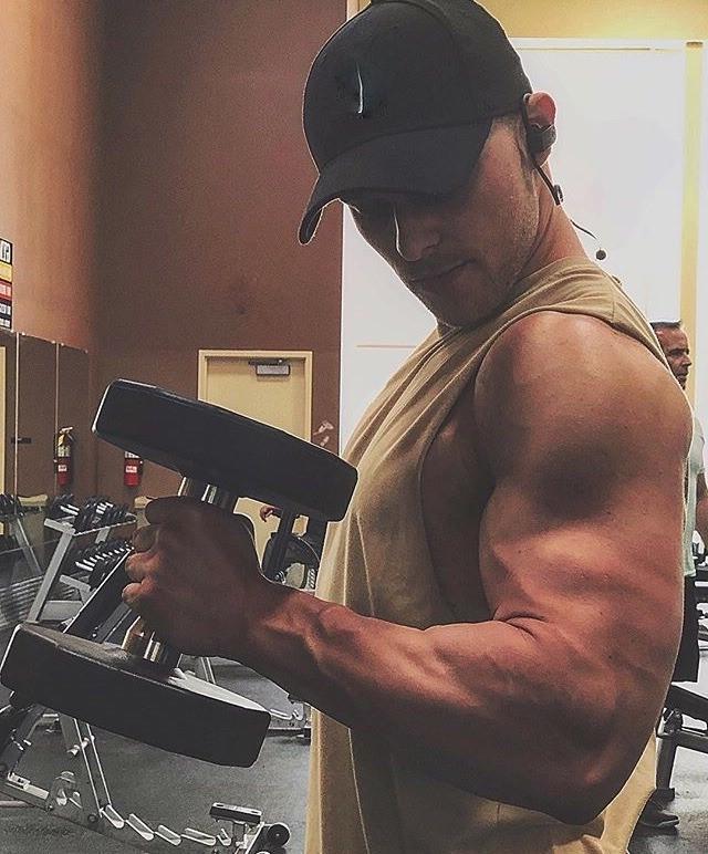 straight-gym-bro-black-baseball-cap-huge-muscle-biceps
