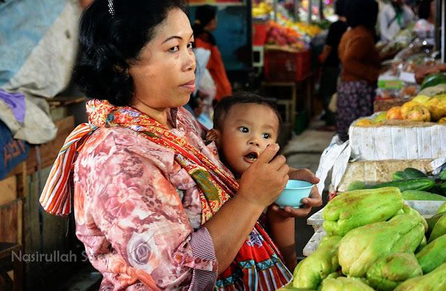 Momong anak di dalam pasar