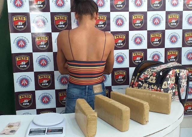 Barreiras-BA: Garota de 21 anos é presa com cerca de 4 quilos de maconha em ponto de ônibus