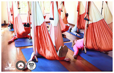 Yoga, aeroyoga, sirsasana, inversion, yoga aereo, air yoga, aerial yoga, fly, flying, gravity, beneficios, salud, wellness, tendencias, ejercicio, asana, inversion, suspension, columpio, trapeze
