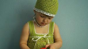 Vestido y gorro para niña tejido al crochet
