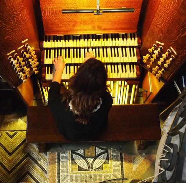 Claire M Singer op het orgel van de Oude Kerk in Amsterdam