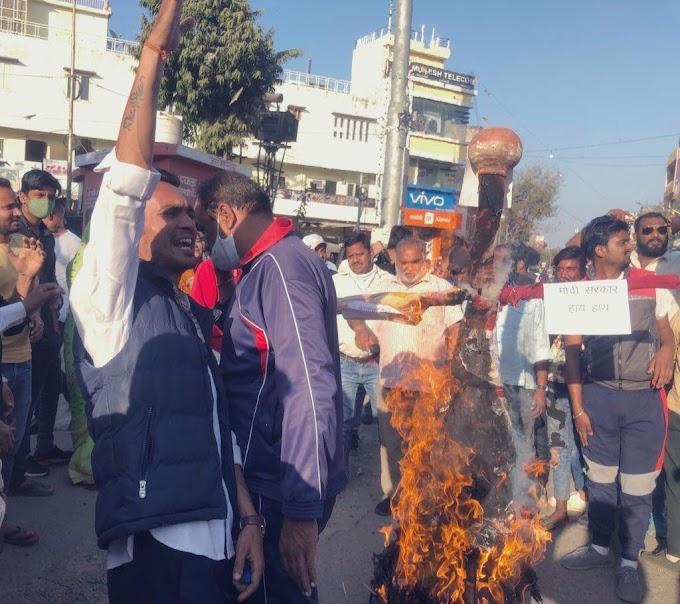 Effigy burning of Modi News-जयपुर - काँग्रेस कार्यकर्ताओं ने महँगाई के विरुद्ध प्रदर्शन करते हुए किया मोदी का पुतला दहन