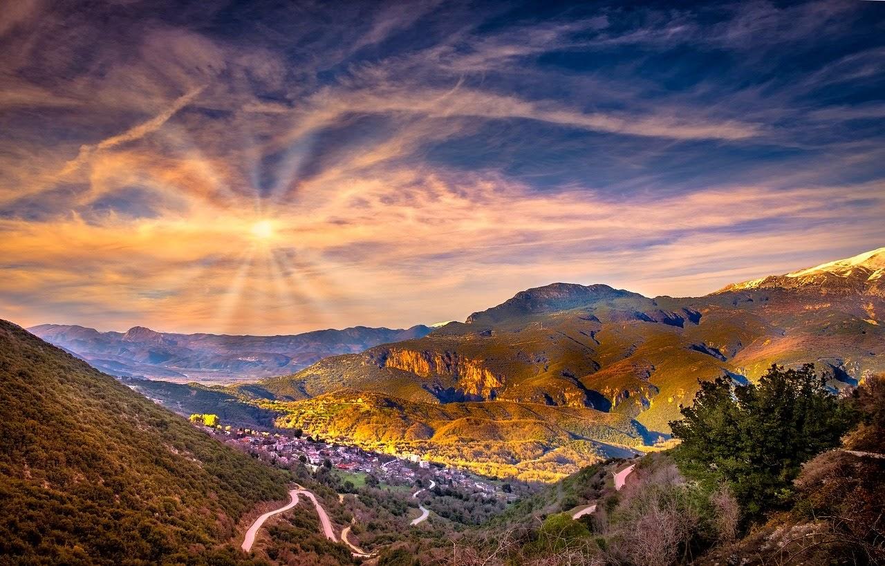 صورة شروق الشمس على القرية بين الجبال - اجمل واحلى صور الطبيعة الجميلة والخلابة في العالم