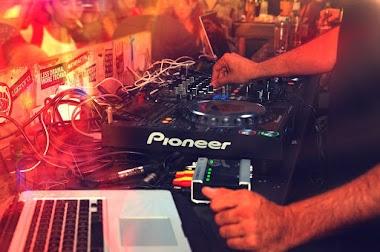 Konsola DJ-ska. Jak wybrać? Różnice pomiędzy klasyczną konsoletą a kontrolerem.