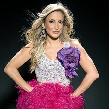 Claudia Leitte canta novo hit do verão 2013