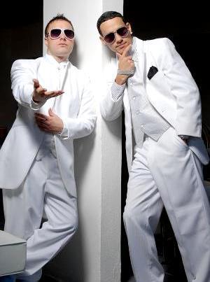 Foto de Magnate y Valentino vestidos de blanco
