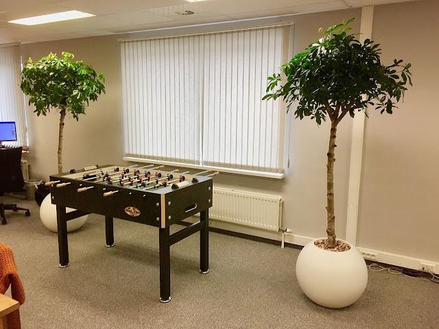kantoorbeplanting voor bedrijven en kruidenplantjes in grote witte zwarte grijze plantenbakken op poten voor buiten met klimrek voor op terras op balkon in tuin en rechthoekig of rond of hoog hangend