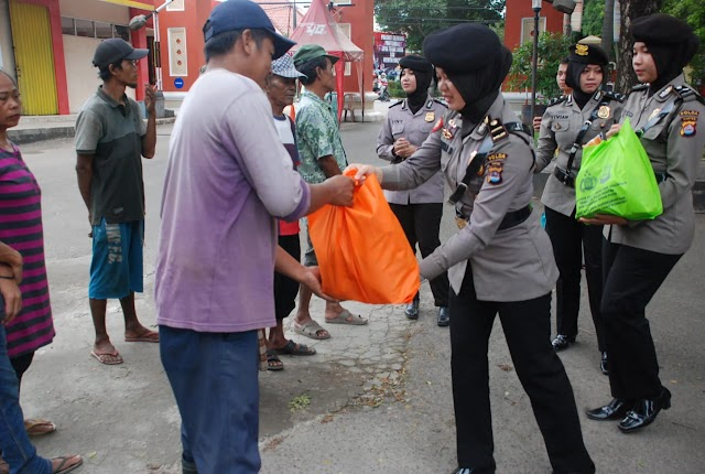 Polda Banten Serahkan Zakatnya melalui Program Jum'at Barokah