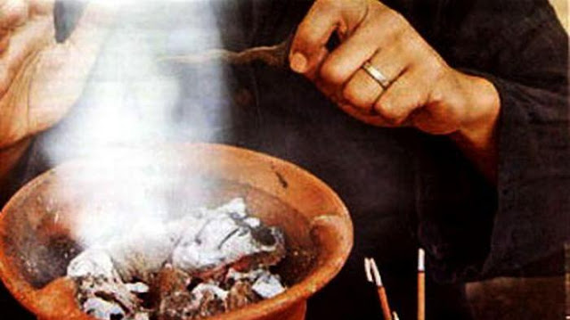 Lakukan Ritual Ilmu Gaib, Satu Keluarga Lepas Pakaian Di Depan Umum