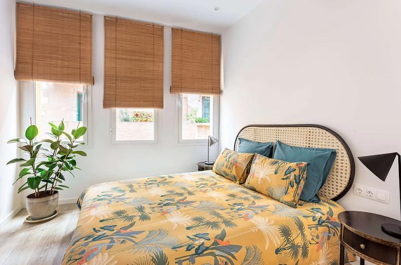 Dormitorio con decoración de inspiración tropical.
