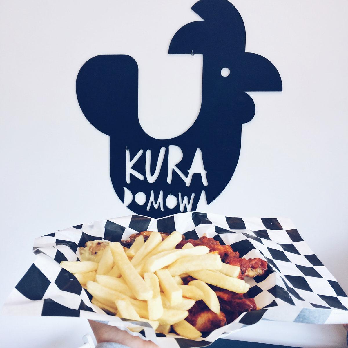 Kura Domowa skrzydełka z frytkami na tle logo