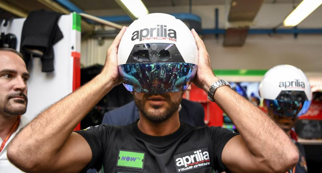 Tim Aprilia Perkenalkan Helm Canggih Berfitur Augmented Reality... Cuaanggihhh Pakdhee,,,