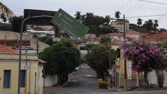 Tragédia anunciada: placa ameaça cair e Prefeitura ignora o problema