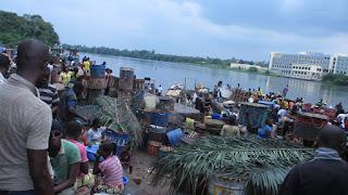 Pirogue au port d'Oyo, USA, Congo