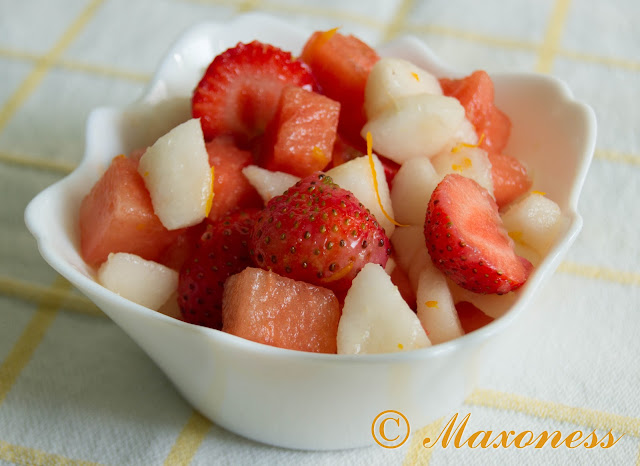 Салат из арбуза с грушей и клубникой