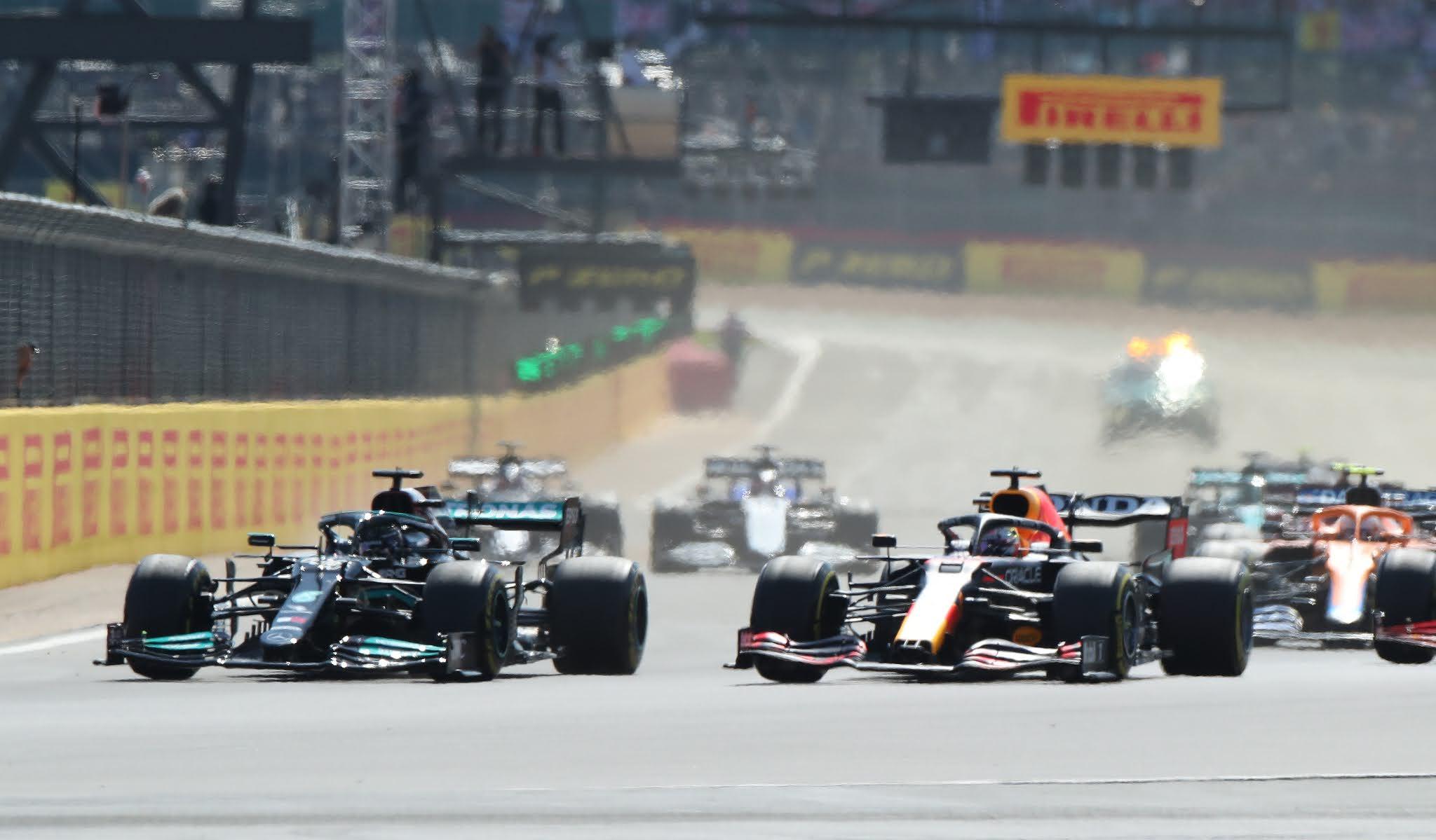 VIDEO: Hamilton lo tocó a Verstappen y lo dejó afuera del GP de Gran Bretaña