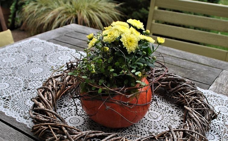Herbstdeko für den Gartentisch