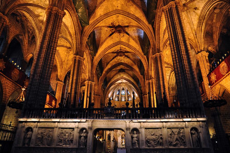 Barcelonart visita a l 39 interior de la catedral de for Interior de la catedral de barcelona