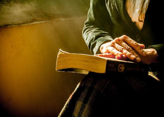 pessoa com bíblia na mão tentando restaurar seu relacionamento