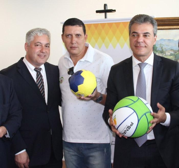 O governador Beto Richa juntamente com o secretário do Esporte e do  Turismo b74edd06d7584