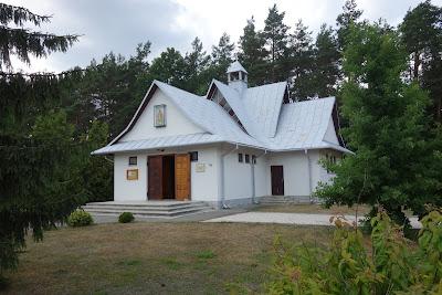 Kaplica z 1994 roku przy cmentarzu wojennym w Sochach