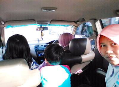 Liya dan dua anaknya, bablas nganterin saya pulang ke Selong, Lombok Timur