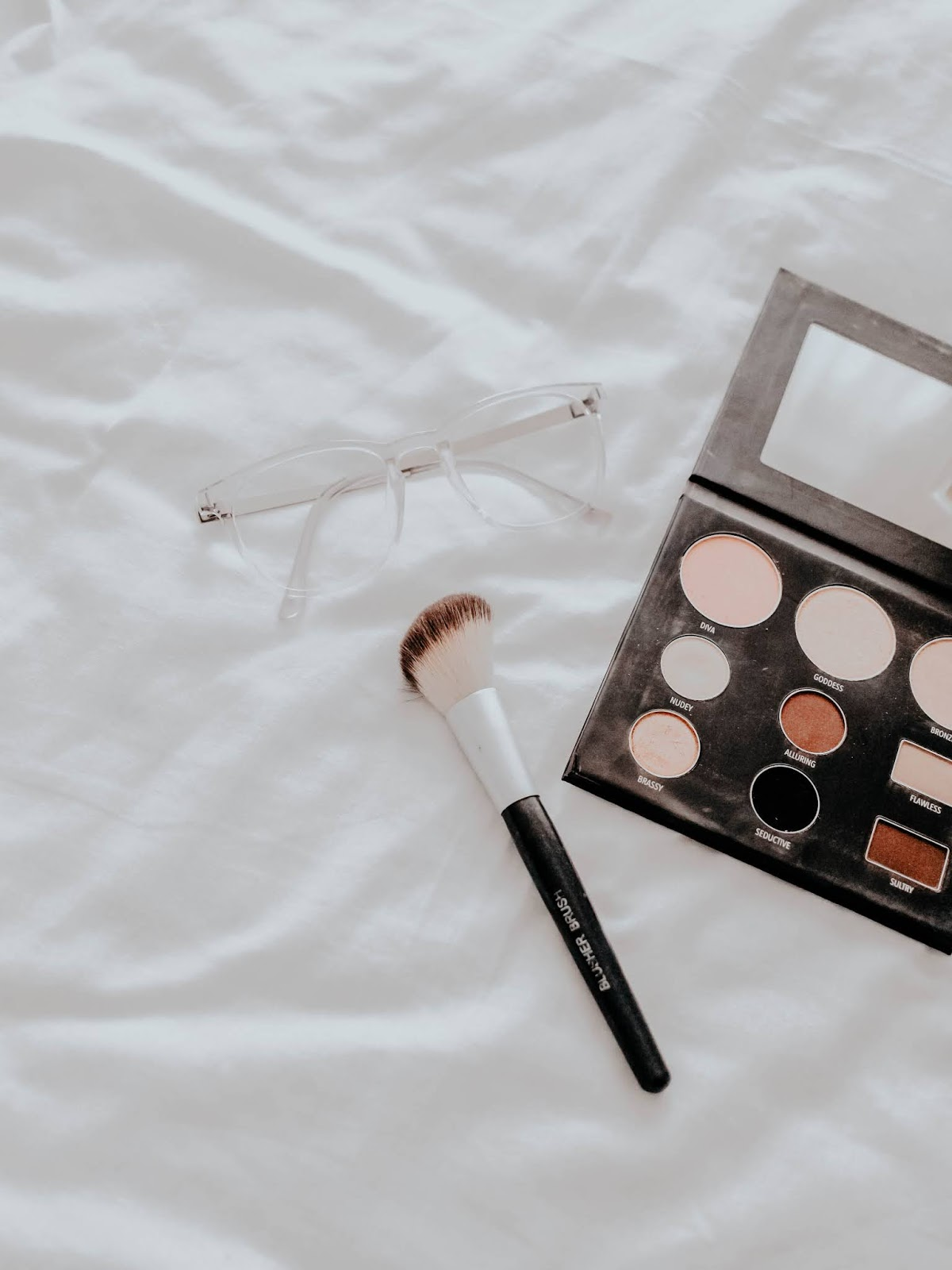 love neutral colors in everything. My bedroom decor is neutral, my clothes are mostly neutral and the makeup I wear is pretty neutral as well. Neutral makeup is the best makeup as it goes well with anything you wear and you can easily transform it from day to night. Here are the best neutral everyday eyeshadow palettes in the market right now.