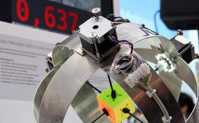 Robot yang dibuat oleh Albert Beer yang mampu menyelesaikan rubik kurang dari waktu satu detik