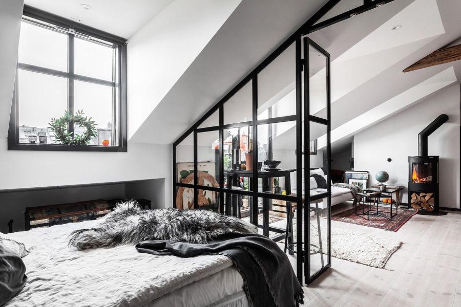 Mieszkanie na poddaszu w loftowym klimacie, wystrój wnętrz, wnętrza, urządzanie domu, dekoracje wnętrz, aranżacja wnętrz, inspiracje wnętrz,interior design , dom i wnętrze, aranżacja mieszkania, modne wnętrza, loft, styl industrialny, czerń i biel, black and white, sypialnia, bedroom, poddasze, mieszkanie na poddaszu, szklana ściana