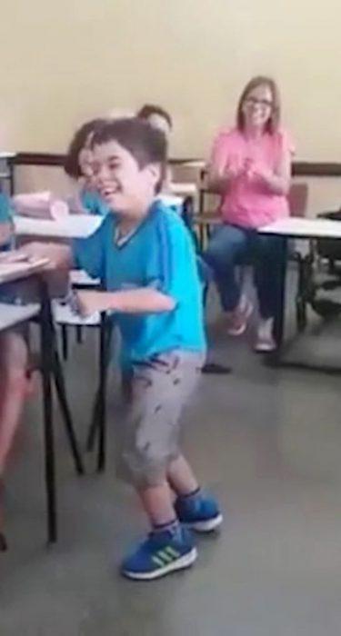 Un niño con parálisis consigue caminar por primera vez