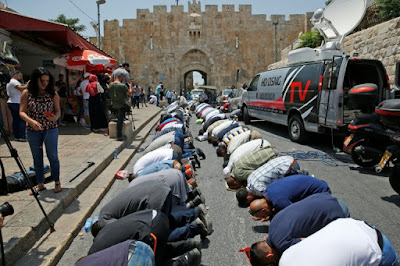 A Jérusalem, les fidèles musulmans refusent les détecteurs de métaux israéliens dans - DROIT a15
