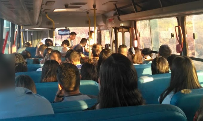 (Atualização) Em ônibus lotado, universitários são levados nas escadas, em pé e até em cima do motor!